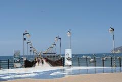 Muelle con la gente lista para embarcarse Foto de archivo libre de regalías
