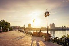 Muelle de Dnieper, distrito de Obolon, Kiev, la capital de Ucrania en t imagen de archivo libre de regalías