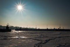 Muelle de Freezed con los barcos en la salida del sol Imágenes de archivo libres de regalías