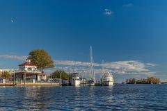 Muelle de la ciudad con los barcos y el octágono Fotos de archivo libres de regalías