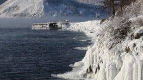 Muelle de la nave cubierto con el hielo, pares helados de la orilla de lago Baikal del invierno en enero almacen de metraje de vídeo