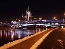 Muelle de la noche de Moscú del río Foto de archivo libre de regalías