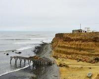 Muelle de madera del Ld en una playa abandonada en México Fotos de archivo