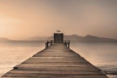 Muelle de madera en el lago tranquilo Fotografía de archivo