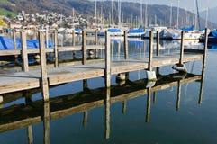 Muelle de madera en el lago Zug Fotos de archivo libres de regalías