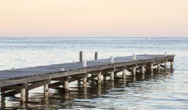 Muelle de madera en el océano imagenes de archivo