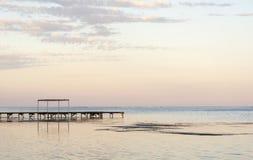 Muelle de madera en el océano foto de archivo