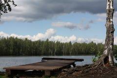 Muelle de madera en el río Imagen de archivo libre de regalías