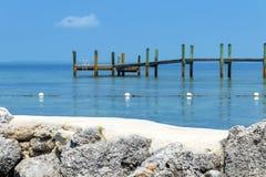 Muelle de madera en la bahía Foto de archivo