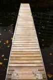 Muelle de madera largo fotografía de archivo libre de regalías