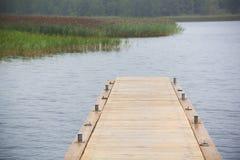Muelle de madera largo en el lago Imagenes de archivo