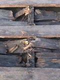 Muelle de madera quebrado bajo puesta del sol El árbol bloquea el lugar que camina en la arena en la playa Foto de archivo libre de regalías