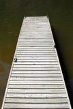 Muelle de madera vacío en el agua Foto de archivo