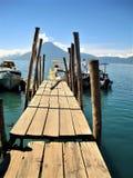 Muelle de transbordador en el lago Atitlan en Guatemala con el volcán Fotos de archivo libres de regalías