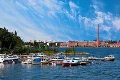 Muelle de Vaasa y fábrica vieja Fotografía de archivo libre de regalías