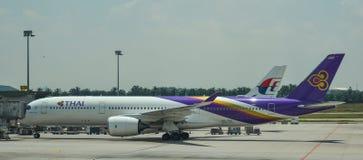 Muelle del aeroplano en Kuala Lumpur Airport fotografía de archivo