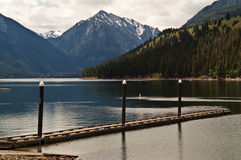 Muelle del barco en el lago imagenes de archivo