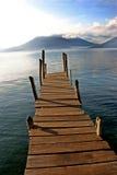Muelle del barco en el lago con el lago Atitlan, Guat del volcán Imagen de archivo libre de regalías