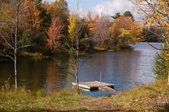 Muelle del barco en el lago durante la estación de caída Foto de archivo libre de regalías