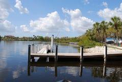 Muelle del barco en el río del manatee en la Florida Foto de archivo