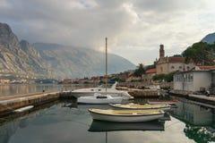 Muelle del barco en la ciudad de Prcanj, Montenegro Imagen de archivo