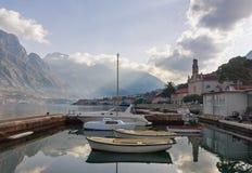 Muelle del barco en la ciudad de Prcanj montenegro Foto de archivo libre de regalías