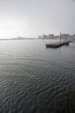 Muelle del lago en mañana brumosa imagen de archivo