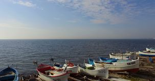 Muelle del ` s del pescador durante la primavera que freza pescados en Pomorie, Bulgaria almacen de video