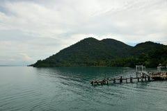 Muelle del transbordador del pasajero de Big Blue en el embarcadero en la isla imagen de archivo libre de regalías