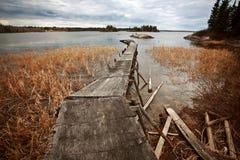 Muelle dilapidado en el lago de lámina en Manitoba norteña imágenes de archivo libres de regalías