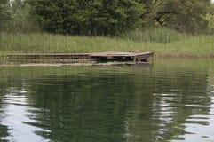 Muelle en el río en Polonia Fotos de archivo