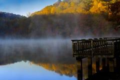 Muelle en la niebla Foto de archivo libre de regalías