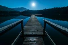 Muelle en la noche con la Luna Llena foto de archivo libre de regalías