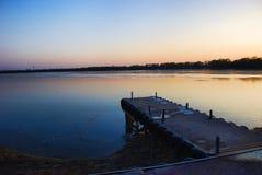Muelle en la orilla del lago Imagen de archivo