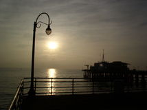 Muelle en la puesta del sol fotografía de archivo