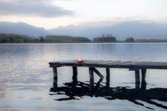 Muelle en un lago fotos de archivo