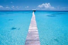Muelle en una laguna azul, Polinesia Fotos de archivo libres de regalías