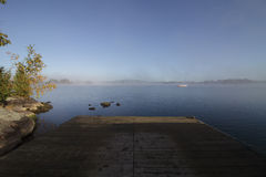 Muelle en una mañana tranquila de niebla Fotografía de archivo