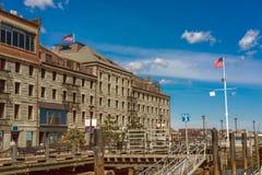 Muelle largo con el bloque de aduanas en Boston Foto de archivo
