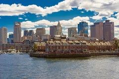 Muelle largo con el bloque de aduanas en el distrito financiero de Boston Imágenes de archivo libres de regalías