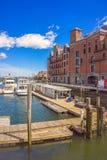 Muelle largo con el bloque de aduanas y transbordadores en Charles River Imagen de archivo libre de regalías