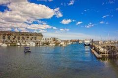 Muelle largo con el bloque de aduanas y veleros en Charles River Imagenes de archivo