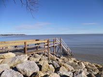 Muelle a lo largo del lago Foto de archivo libre de regalías