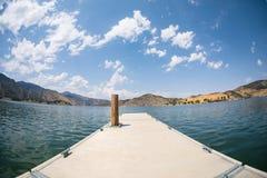 Muelle metálico en un agua de superficie azul en un l sereno y pacífico Imagenes de archivo