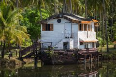 Muelle o casa abandonado de la nave en la selva asiática Viajes Fotografía de archivo