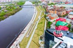 Muelle peatonal en el río Tyumen de Tura Rusia Imágenes de archivo libres de regalías