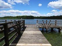 Muelle Pier Catwalk en el lago con las nubes en el cielo en fondo imagen de archivo
