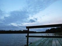 Muelle Pier Catwalk en el lago con las nubes en el cielo en fondo fotografía de archivo