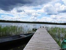 Muelle Pier Catwalk en el lago con las nubes en el cielo en fondo imágenes de archivo libres de regalías