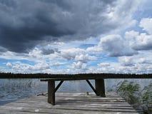 Muelle Pier Catwalk en el lago con las nubes en el cielo en fondo foto de archivo